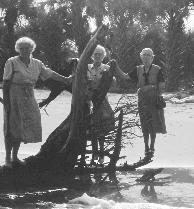 That's Lillian on the right, at Hunting Island Beach, near Savannah. My folks tell me that the aunts always wore dresses, even at the beach!